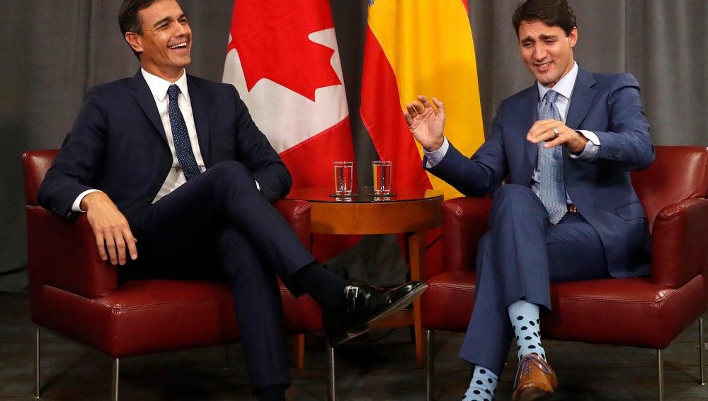 Pedro Sánchez junto al primer ministro canadiense durante su encuentro en un hotel de Montreal