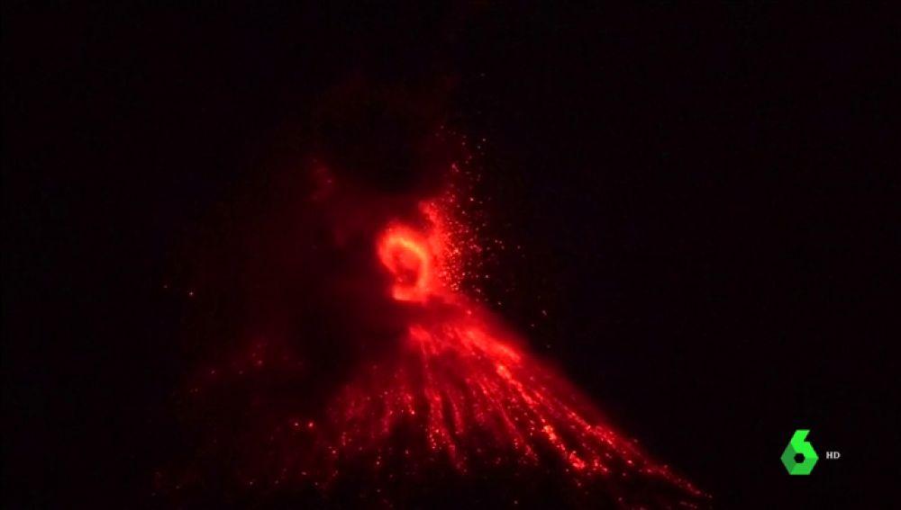 Imagen de la erupción de un volcán en Indonesia