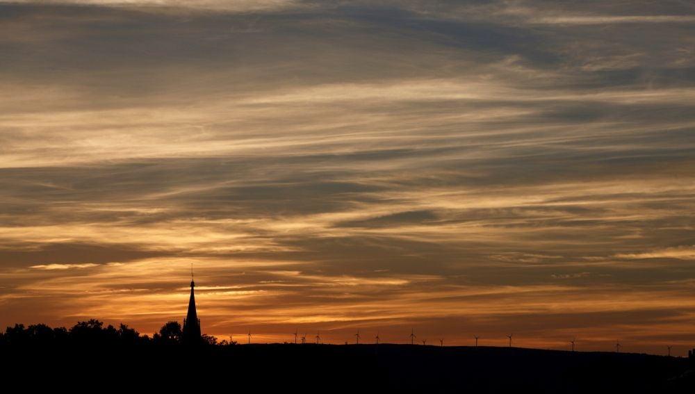 El último sol del verano se pone sobre los aerogeneradores de la sierra de Badaia