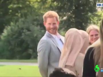 La simpática 'pillada' del príncipe Harry 'robando' empanadillas en un acto oficial