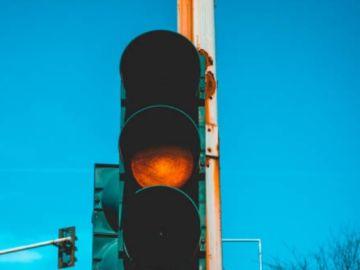 Cruzar un semáforo en ámbar (200€) y otras normas con motivo de multa que desconocías