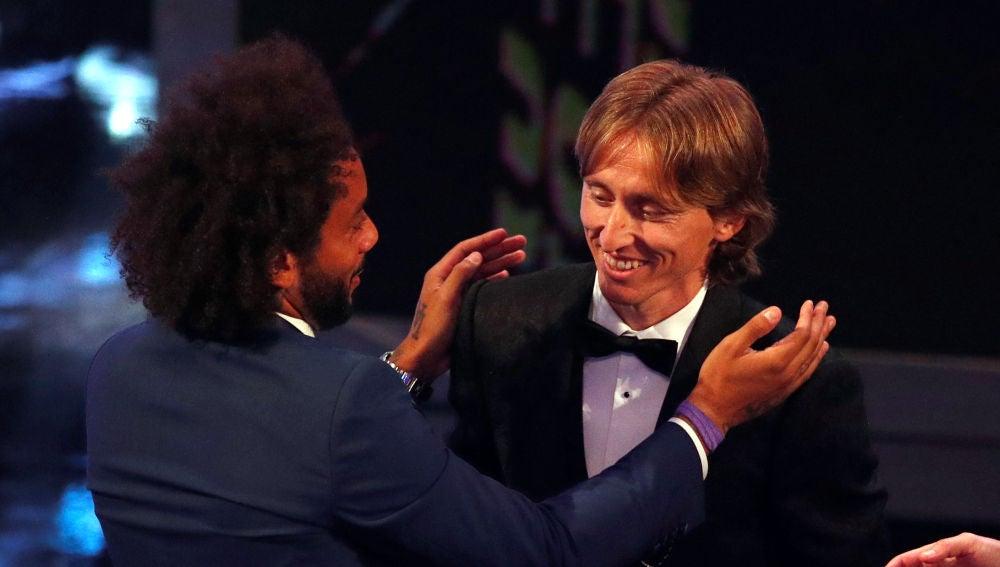 Marcelo bromea con Modric durante la gala de los premios The Best