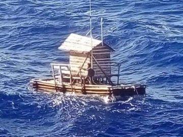 Aldi Novel Adilang, a la deriva sobre una trampa para peces flotante
