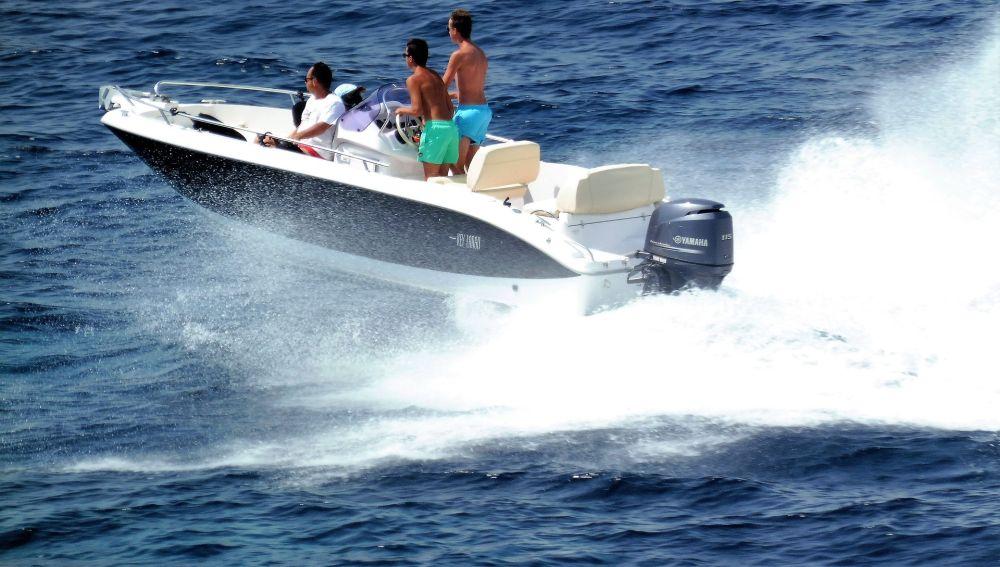 Lancha motora en el mar