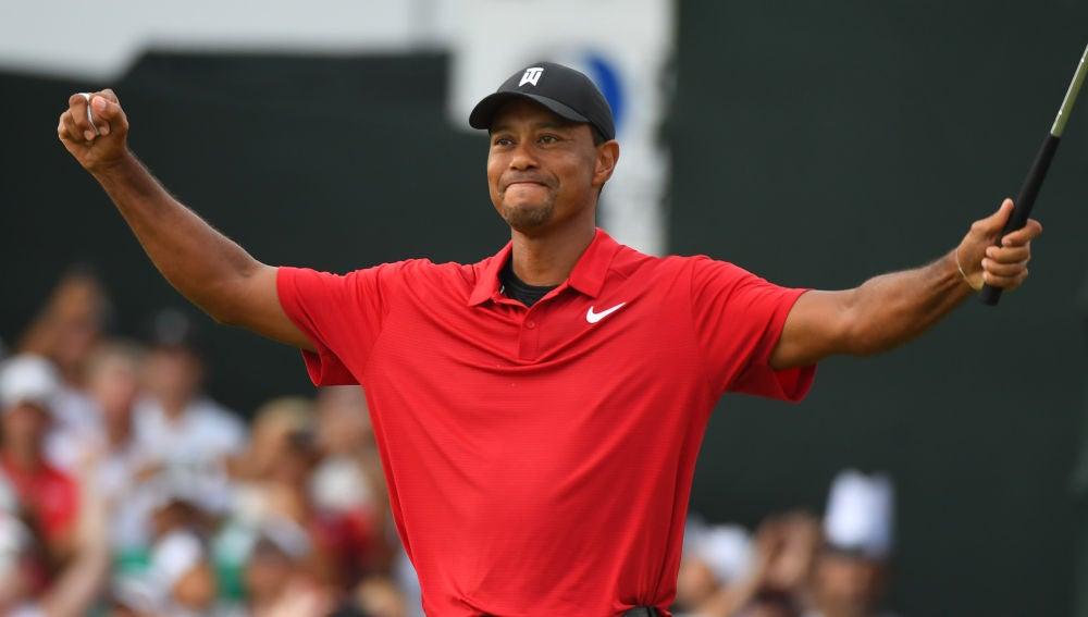 Tiger Woods alza los brazos tras su victoria en el Tour Championship