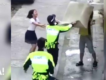 Con una alfombra y con mucha sangre fría, así consigue salvar la Policía a un niño en China tras caer de un segundo piso