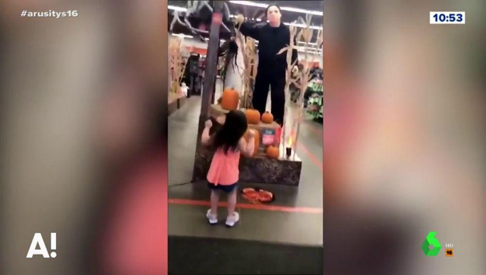 La sorprendente reacción de una niña ante la presencia de un muñeco asesino en un centro comercial