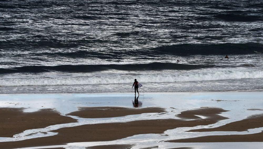 Imagen de un surfista en la playa de Zurriola