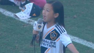 Malea Emma, durante su interpretación del himno de Estados Unidos