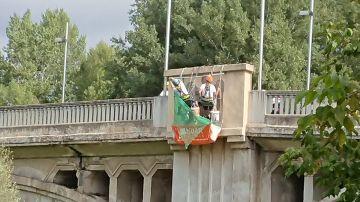 Retiran águilas franquistas de un puente de Girona