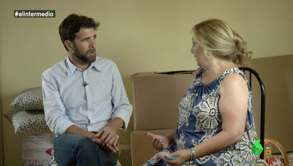 Gonzo habla con Pepi, una mujer que va a perder su casa