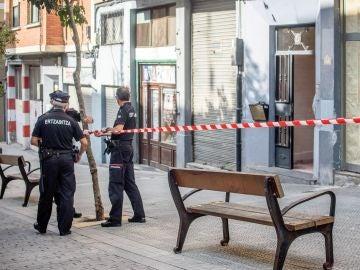 Agentes de la Ertzaintza en las inmediaciones en las que se ha producido un asesinato machista