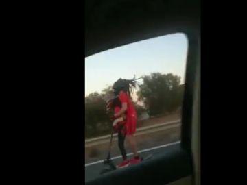 Circula a gran velocidad con un patinete y un niño a bordo