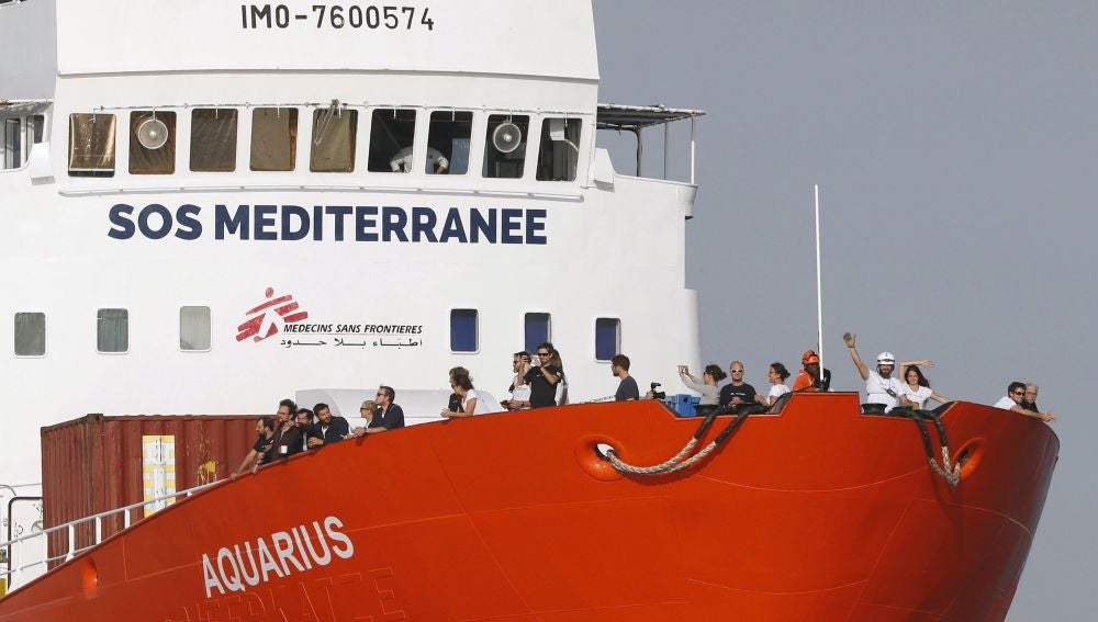 Imagen de archivo que muestra al buque humanitario de las ONG SOS Méditerranée y Médicos Sin Fronteras (MSF) Aquarius mientras llega al puerto de Marsella (Francia)