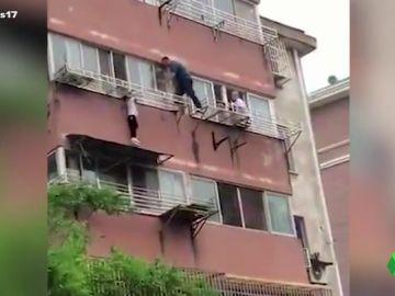 Un niño se queda atrapado en una ventana