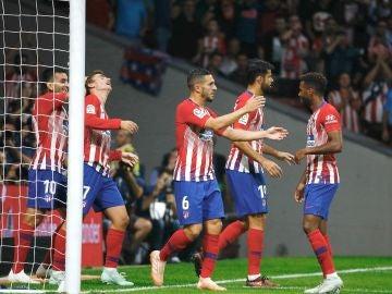 Los jugadores del Atlético de Madrid celebran el gol de Griezmann contra el Huesca