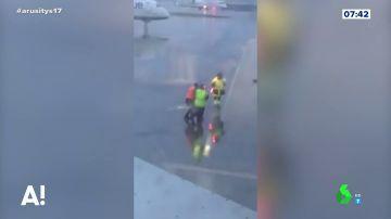 Tres operarios del aeropuerto luchan como en Star Wars