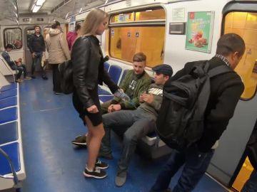 La reacción de una activista rusa contra el 'manspreading'