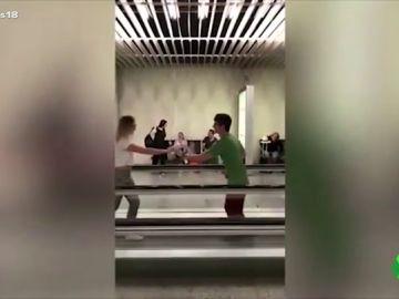 Una pareja baila en el aeropuerto