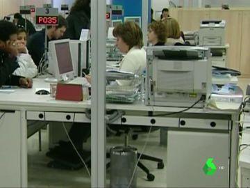 Imagen de trabajadores en una oficina de empleo