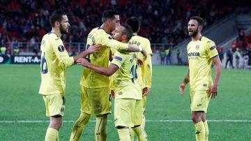 Los jugadores del Villarreal felicitan a Cazorla