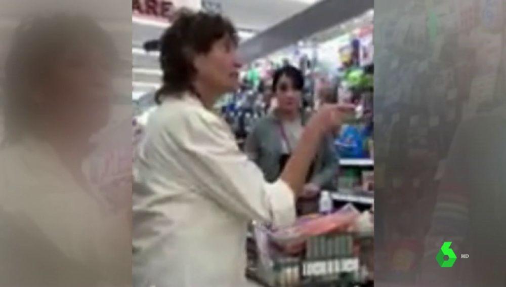 Una mujer estadounidense acosa a dos migrantes hispanas por hablar en español en un supermercado de Colorado