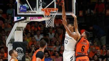 Tavares intenta machacar el aro ante la defensa del Valencia Basket