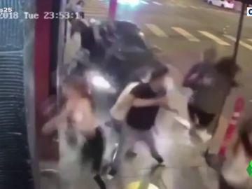 Impactantes imágenes del atropello múltiple en la entrada de una discoteca