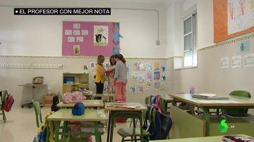Tres profesoras en el interior de un aula