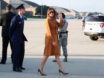 Melania Trump, en el arranque de su viaje a África