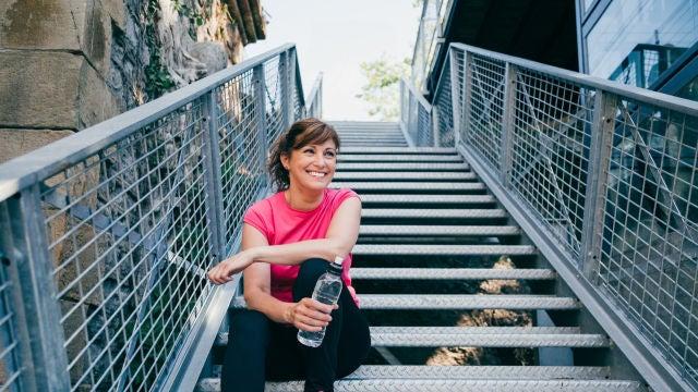 Mujer sonriente tras hacer ejercicio