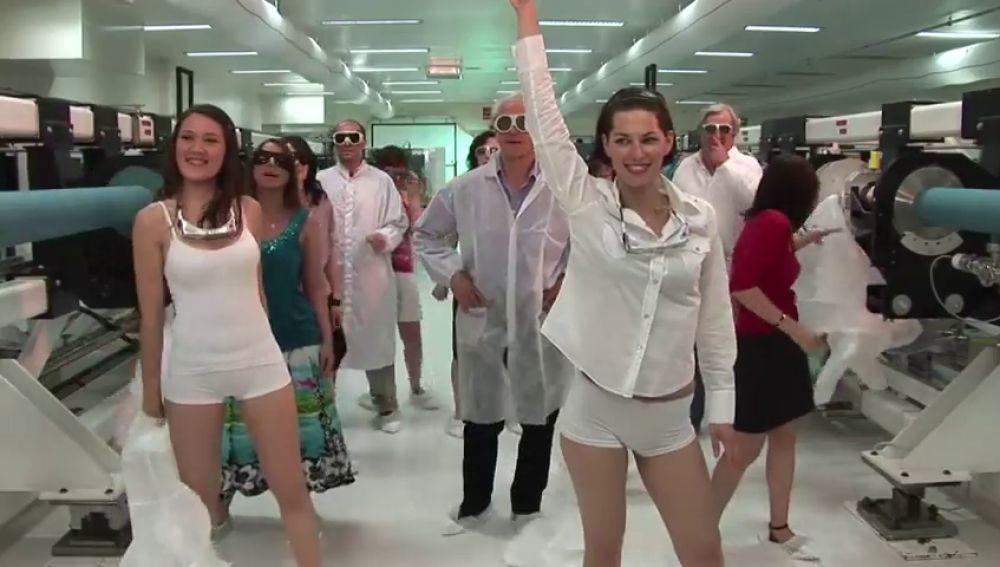 Críticas al Nobel de Física por un vídeo en el que aparece haciendo un baile sensual con un grupo de estudiantes