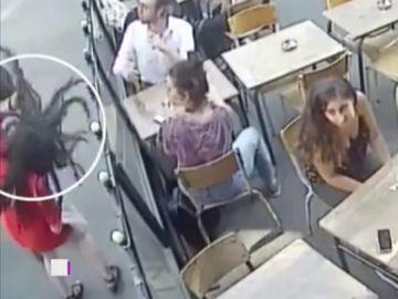 Imagen de la agresión a una mujer en París