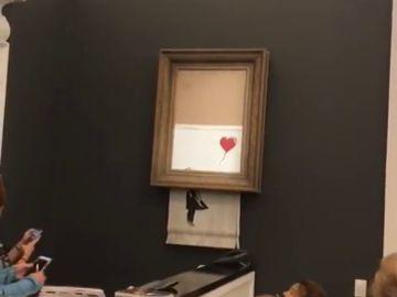 ¿Estaba Banksy en una casa de subastas de Londres? Una obra suya se autrodestruyó tras subastarse por un millón de euros