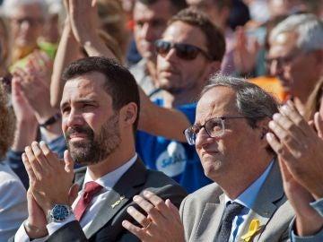 El presidente de la Generalitat, Quim Torra (d) y el presidente del Parlament, Roger Torrent (i)