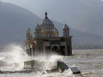 Una mezquita en el agua cerca de la playa Talise en Palu, Sulawesi Central, Indonesia