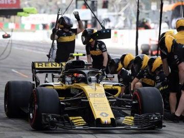 Carlos Sainz, en el pit-lane de Suzuka