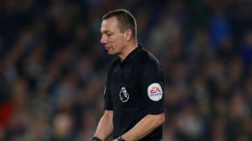Un árbitro, con un pene de plástico en la mano