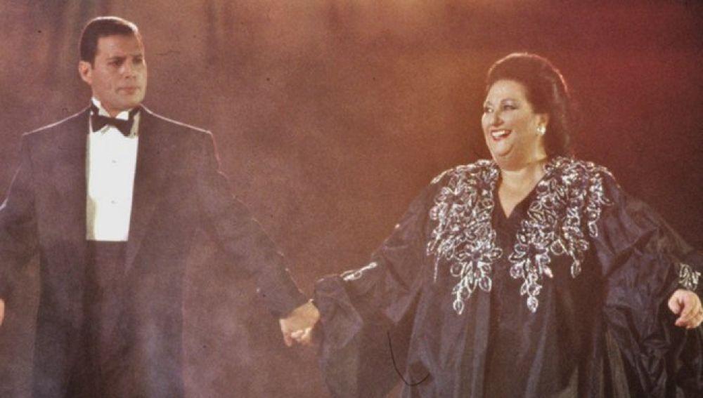"""Resultado de imagen para La muerte de Montserrat Caballé a los 85 años deja sin voz el himno de los Juegos Olímpicos de hace 26 años, pero agranda aún más uno de los principales símbolos de Barcelona'92 y de la historia del olimpismo, que unió a la soprano y al líder de Queen, Freddie Mercury. Más que una canción y más que un himno, """"Barcelona"""" sobrevivirá a sus creadores e intérpretes como referente de un momento inolvidable que todavía perdura y que antes del 25 de julio de 1992 ya era mítico. La admiración declarada que Mercury sentía por la soprano y la pasión de éste por la ópera permitió que ambos se conocieran a principios de los 1980 y que surgiera entre ellos un vínculo muy especial, tanto como para preparar un disco conjunto, que fue el origen de la ya eterna canción de """"Barcelona"""". Montserrat Caballé explicaba en 2012 en una entrevista que Mercury siempre había querido cantar con ella desde que la escuchó en la Royal Opera House de Londres a principios de 1980, y combinar así sus dos pasiones, el rock y la ópera, por lo que pidió a su manager que hiciera lo posible para conseguir un encuentro."""