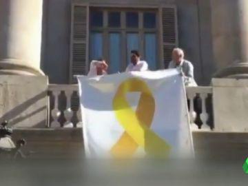 Ciudadanos difunde un vídeo en el que retiran el lazo amarillo del balcón del Ayuntamiento de Barcelona