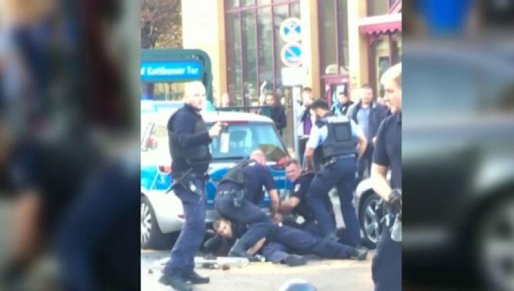 Escena de brutalidad policial en Berlín