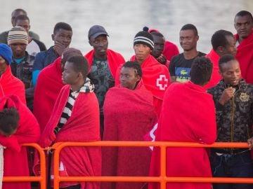 Imagen de migrantes rescatados por Salvamento Marítimo