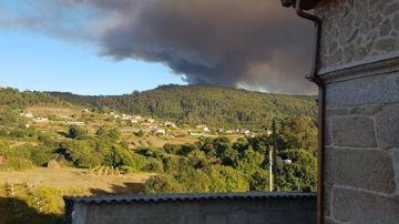 """El alcalde de Mondariz asegura que la situación del incendio """"está un poco más controlado"""" y que las casas """"están fuera de peligro"""""""