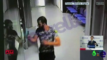 La secuencia completa del asalto a la comisaría de Cornellá: el atacante persigue a la agente cuchillo en mano