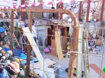 """""""Ofrecen drogas a los niños"""" y las peleas son constantes: los vecinos de Vallecas desalojan un 'narcosolar' con la ayuda de una empresa"""