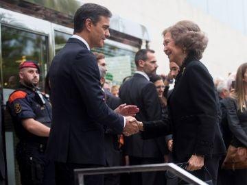 La reina Sofía saluda a Pedro Sánchez a su llegada al funeral de Montserrat Caballé