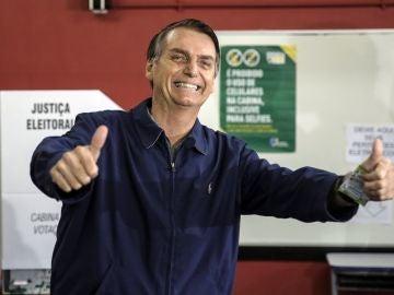 Jair Bolsonaro tras depositar su voto