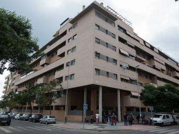 Vista general del edificio de Málaga donde han asesinado a una niña de 6 años