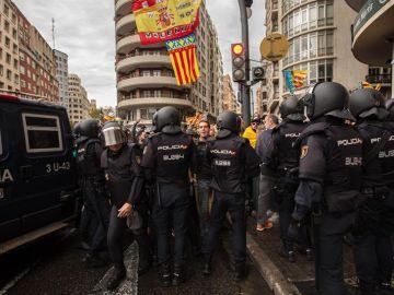 La Policía arrincona a la ultraderecha en la plaza de San Agustín de València