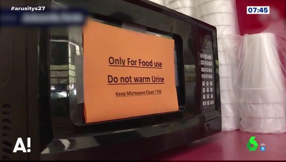 'Prohibido calentar orina': el surrealista cartel que se ha visto obligado a poner una gasolinera en su microondas